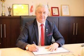 Wójt Gminy Wilków - mgr Bogdan Zdyb, siedzący przy biurku, podpisuje dokument.